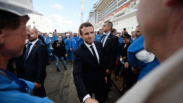 Le président de la République Emmanuel Macron rencontre les ouvriers des chantiers navales de Saint-Nazaire (Loire-Atlantique), le 31 mai 2017. (JEAN-SEBASTIEN EVRARD / AFP)