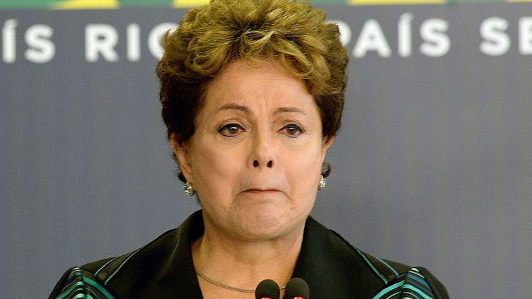 La présidente brésilienne Dilma Rousseff est émue aux larmes pendant un discours à l'occasion de la cérémonie de présentation du rapport final de la Commission de la Vérité à Brasilia (Brésil), le 10 décembre 2014. (EVARISTO SA / AFP)