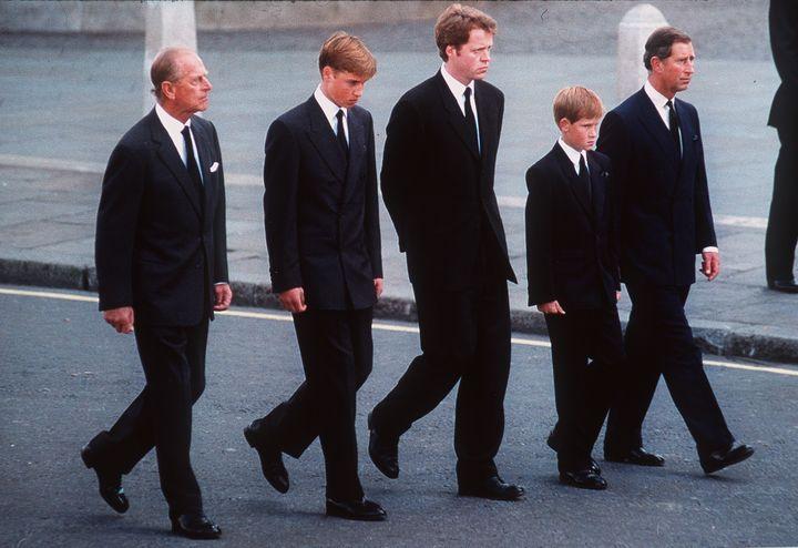 Le prince Philip (à gauche) marche avecses petits-fils William et Harry derrière le cercueil de leur mère, la princesse Diana, le 6 septembre 1997 à Londres. (ANWAR HUSSEIN / HULTON ARCHIVE / GETTY IMAGES)