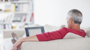 En France, 500 000 personnes continuent de travailler alors qu'elles touchent la retraite, relève un rapport de l'Inspection des affaires sociales. (ROBERT DALY / OJO IMAGES / GETTY IMAGES)