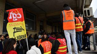 Une assemblée générale de cheminots grévistes à la gare Saint-Charles de Marseille le 3 avril 2018. (BERTRAND LANGLOIS / AFP)