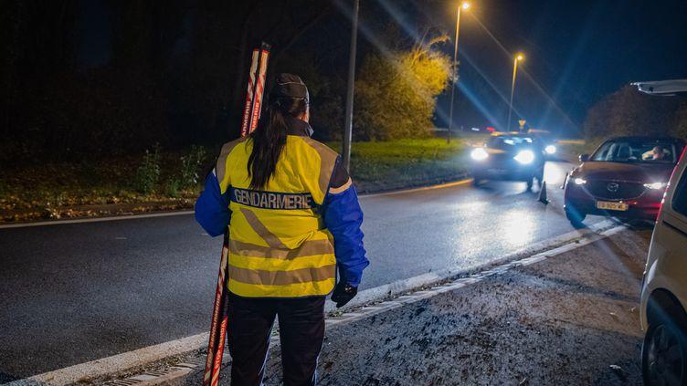 Des gendarmes veillent au respect des mesures prises en raison de la crise sanitaire, à Ennery (Val d'Oise), le 4 novembre 2020. (NICOLAS BILLIAUX / HANS LUCAS / AFP)