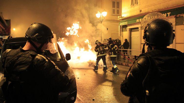 Des pompiers éteingent un feu après une manifestation organisée par des soutiens des supporters corses poursuivis pour violences à l'encontre des forces de l'ordre,mardi 16 février 2016. (PASCAL POCHARD-CASABIANCA / AFP)