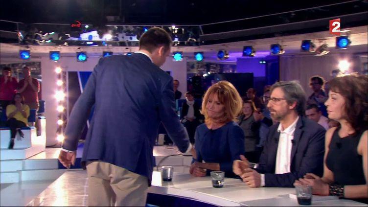 """Clémentine Célarié refuse la main tendue de Florian Philippot lors e l'émission """"On n'est pas couché"""", diffusée le samedi 18 mars sur France 2. (CAPTURE ECRAN FRANCE 2)"""