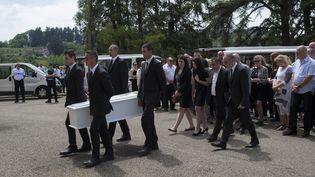 La famille de la petite Maëlys autour du cercueil de la fillette, le 2 juin 2018, à La-Tour-du-Pin (Isère). (ROMAIN LAFABREGUE / AFP)