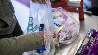 L'interdiction des sacs en plastique en caisse était prévue au 1er janvier : la mesure entrera finalement en vigueur le 1er juillet 2016. (FRED DUFOUR / AFP)
