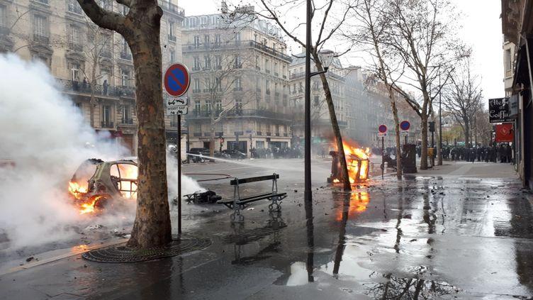 """Des voitures incendiées, boulevard de Courcelles, à Paris, en marge de lamanifestation des """"gilets jaunes"""", samedi 8 décembre. (SANDRINE ETOA-ANDEGUE / RADIO FRANCE)"""