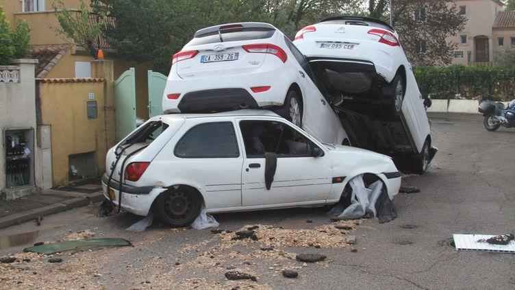Des voitures victimes des intempéries dans l'Hérault, le 7 octobre 2014, à Grabels. (  MAXPPP)