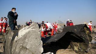 Des officiels explorent l'épave du Boeing 737 ukrainien écrasé près de Téhéran, le 8 janvier 2020. (FATEMEH BAHRAMI / AFP)