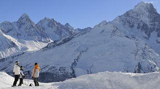 Le massif du Mont Blanc, avec notamment l'Aiguille d'Argentière en arrière-plan, le 19 octobre 2011. (TRIPELON-JARRY / ONLY FRANCE / AFP)