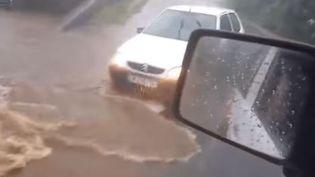 Capture d'écran d'une vidéo prise par un internaute pendant le passage de la tempête Fakir, à La Réunion, le 24 avril 2018. (REUNION 1ERE / FRANCEINFO)