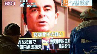 Une image de Carlos Ghosn diffusée à la télévision japonaise, le 21 décembre 2018. (KAZUHIRO NOGI / AFP)