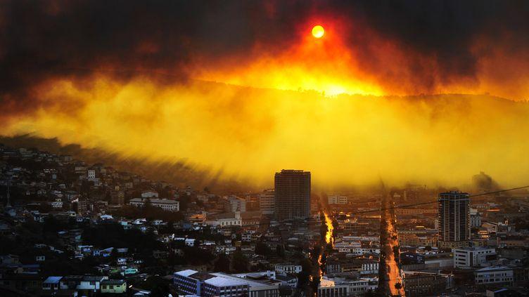 Valparaiso (Chili), le 12 avril 2014, incendie gigantesque au dessus le ville (ALBERTO MIRANDA / AFP)