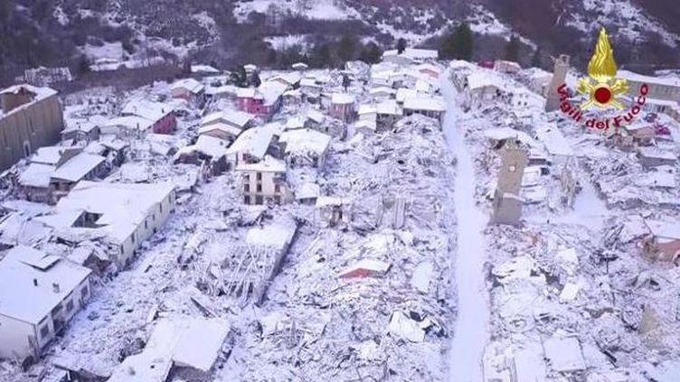 Vue aérienne du village d'Amatrice (centre de l'Italie) recouvert d'un manteau blanc. (VIGILI DEL FUOCO / CORRIERE DELLA SERRA)