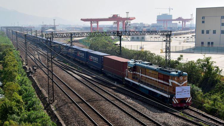 Le train de fret et ses conteneurs, lors de l'arrivéeen gare de Yiwu (Chine), samedi 29 avril 2017, une ville de deux millions d'habitants au sud de Shangaï. (STR / AFP)