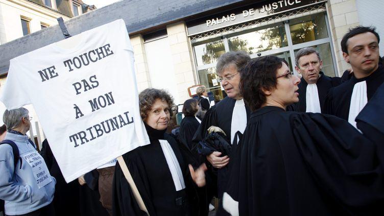Des avocats du barreau de Saumur(Maine-et-Loire) protestaient, le 18 octobre 2007, contre la fermeture de leur tribunal de grande instance. (MAXPPP)