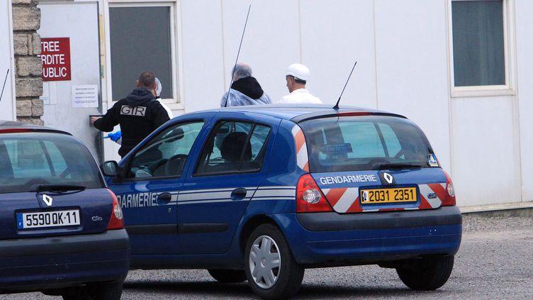 Des policiers entrent dans les Abattoirs de Narbonne, le 16 décembre 2013, dans le cadre du démantèlement d'un vaste réseau de trafic de cheval. (RAYMOND ROIG / AFP)