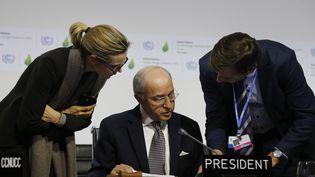 Laurent Fabius au début de la plénière, samedi 12 décembre 2015 au Bourget près de Paris. (FRANCOIS GUILLOT / AFP)