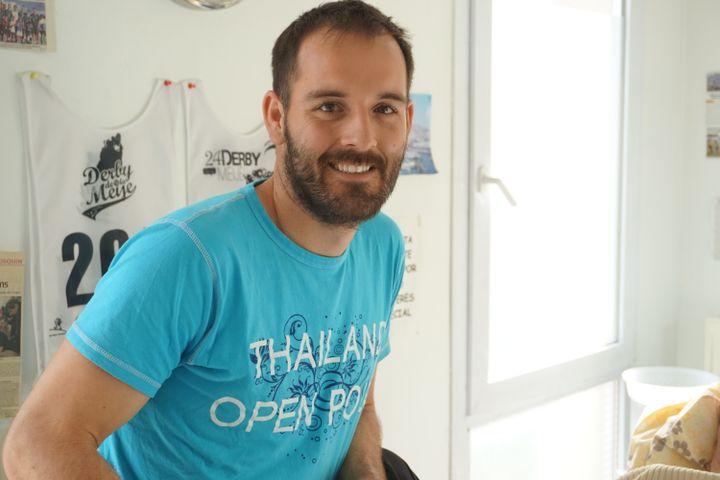 Dewi, kinésithérapeute à Seyne-les-Alpes(Alpes-de-Haute-Provence), parle espagnol. Juste après le crash, il s'est donc proposé en tant que traducteur. (JULIE RASPLUS / FRANCETV INFO)