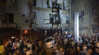 Des équipes de pompiersinterviennent à l'extérieur d'un bâtiment après l'explosion d'un réservoir de mazout dans un quartier résidentiel de Beyrouth (Liban), le 9 octobre 2020. (HOUSSAM SHBARO / ANADOLU AGENCY / AFP)