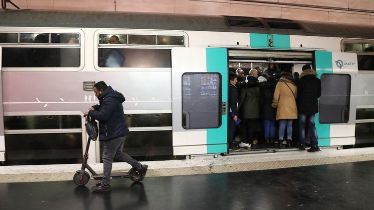 Sur le quai du métro parisien à la station Nation, le 9 décembre 2019, au cinquième jour de grève contre la réforme des retraites. (JACQUES DEMARTHON / AFP)