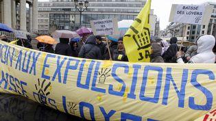 Des militants manifestent pour protester contre les expulsions locatives, en avril 2002. (PIERRE VERDY / AFP)
