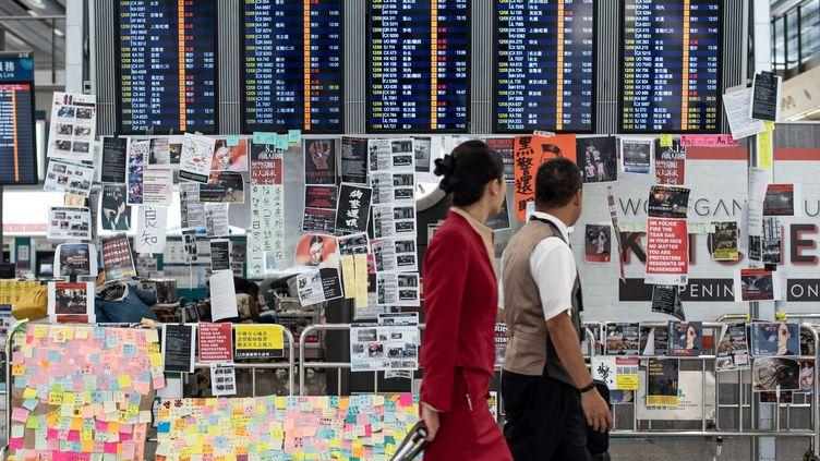 Des passants à l'aéroport de Hong Kong, le 13 août 2019. (PHILIP FONG / AFP)