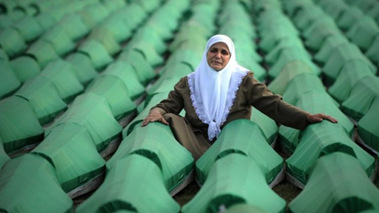 Une Bosniaque au milieu des cercueils de victimes du massacre de Srebrenica en juillet 1995. (AFP/DIMITAR DILKOFF)