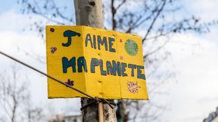 """Une pancarte """"J'aime ma planète"""" lors d'un rassemblement pour le climat, le 27 janvier 2019, à Paris. (LAURE BOYER / HANS LUCAS /AFP)"""