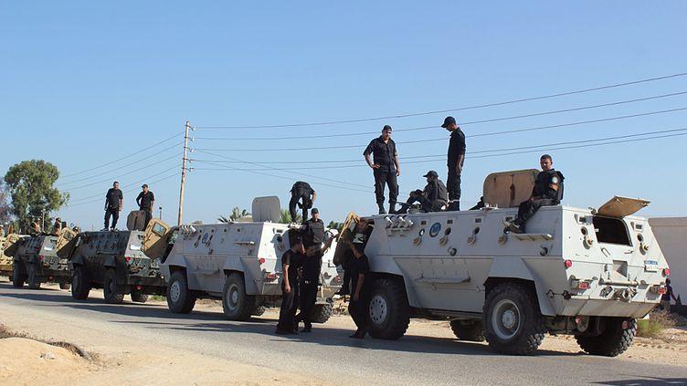 Des soldats égyptiens patrouillent dans le nord du Sinaï, dans le cadre d'une opération militaire, le 8 août 2012. (AFP)