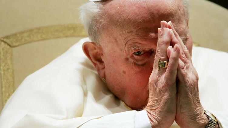 Le pape Jean-Paul II, le 5 janvier 2005, au Vatican. (PAOLO COCCO / AFP)