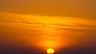 Le Soleil se couche dans la Mer du Nord, à Bremen, en Allemagne, le 8 novembre 2020. (PATRIK STOLLARZ / PATRIK STOLLARZ)