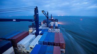 Un navire port-conteneurs français de l'entreprise CMA-CGM quitte le port de Saint-Nazaire, le 20 juillet 2016. (JEAN-SEBASTIEN EVRARD / AFP)