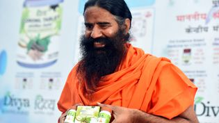 Baba Ramdev, montrant un produitcensé guérirle Covid, fabriqué par son entreprise Patanjali, en février 2021 (HINDUSTAN TIMES / HINDUSTAN TIMES)