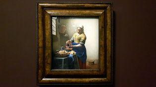 """""""La Laitière"""" de Vermeer, tableau exposé au musée du Louvre du 22 février au 22 mai 2017. (FRANCEINFO / ANNE CHEPEAU)"""
