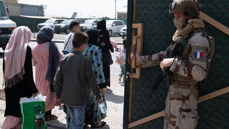 Des personnes attendent d'embarquer dans un avion A400M de l'armée française à Kaboul (Afghanistan) le 24 août 2021. (AFP / ETAT MAJOR DES ARMEES)