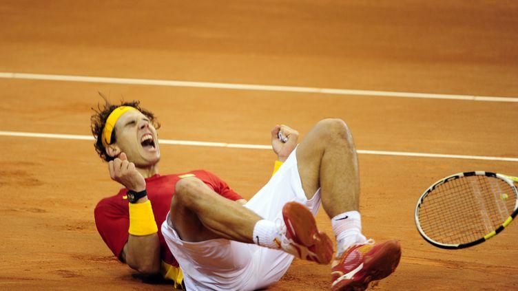 Rafael nadal célèbre la victoire de l'Espagne à la Coupe Davis après l'avoir emporté contre l'Argentin Juan Martin Del Potro à Barcelone le 4 décembre 2011. (JAVIER SORIANO / AFP)
