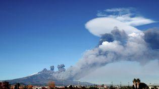 De la fumée s'élève au dessus de Catane, en Sicile, pendant une éruption de l'Etna, le 24 décembre 2018. (GIOVANNI ISOLINO / AFP)