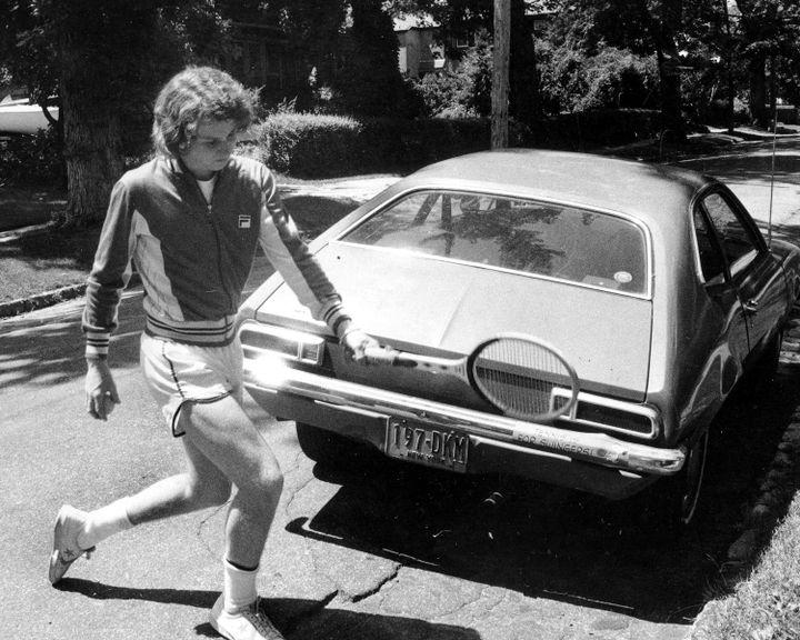 John McEnroe posa per i fotografi sulla strada della casa della sua famiglia nel quartiere Queen's di New York. (GETTY IMAGES)'s, à New York. (GETTY IMAGES)