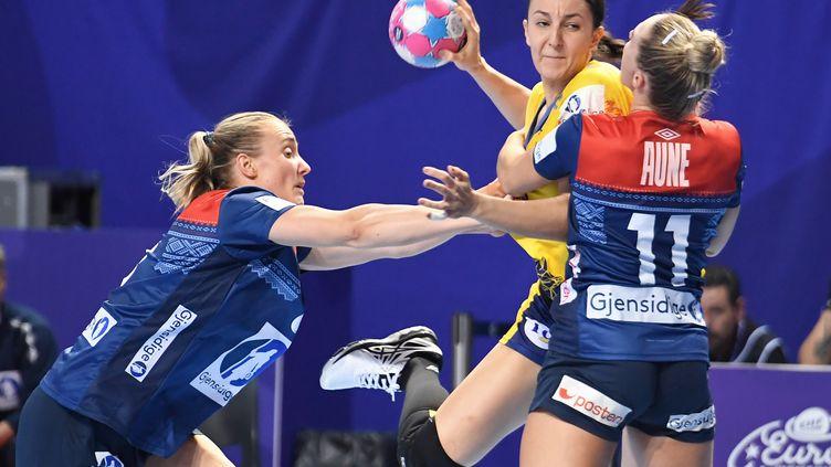 La Roumaine Eliza Lulia Buceschi prend le meilleur sur la défense norvégienne (FRED TANNEAU / AFP)