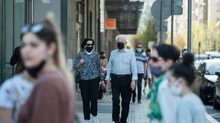 Des personnes se baladentplace de Jaude à Clermont-Ferrand, en mars 2021. (BOILEAU FRANCK / MAXPPP)
