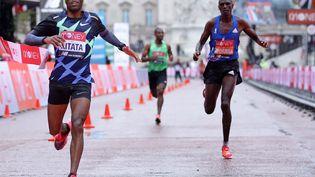 Shura Kitata devance Vincent Kipchumba (à droite) et Sisay Lemma au marathon de Londres, le 4 octobre 2020 (RICHARD HEATHCOTE / POOL)