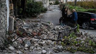 Des habitants du Teil, en Ardèche, après le séisme du 11 novembre 2019 (JEFF PACHOUD / AFP)