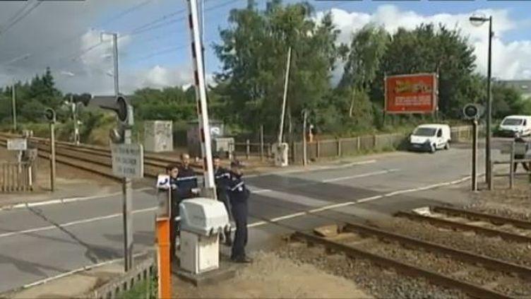 Captured'écran.A Lanester, près de Lorient (Morbihan), un TGV a percuté dans la nuit de samedi à dimanche 15 juillet deux personnes qui marchaient le long de la voie ferrée. Le bilan est de deux morts. le trafic a été interrompu durant plusieurs heures. ( FRANCE 2)
