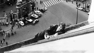 """Jean-Paul Belmondo sur un toit parisien pendant le tournage de """"Peur sur la ville"""", le 8 avril 1975.   (AFP)"""