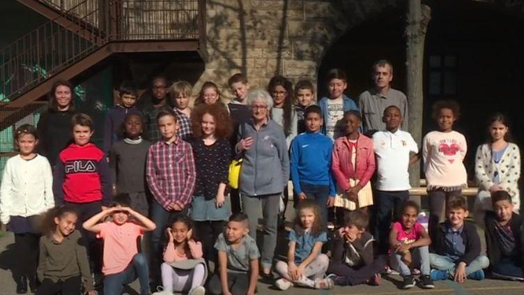 Georgette, avec les nouveaux élèves de son ancienne école. (FRANCE 3)