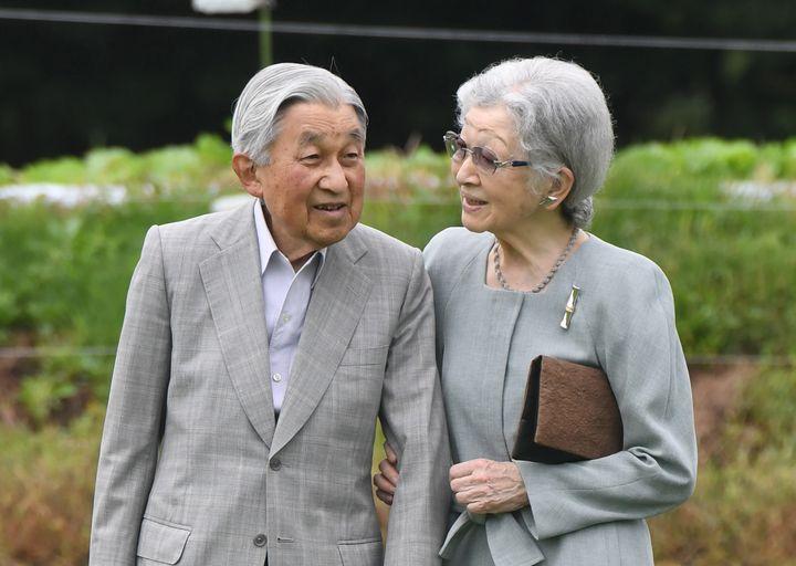 L'empereur émérite Akihito et l'impératrice émérite Michiko, le 23 août 2019, dans la préfecture de Nagano, à l'ouest de Tokyo. (KANSHIRO SONODA / YOMIURI / AFP)