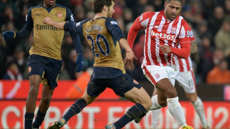Peter Odemwingie (Stoke City) à la lutte avec Alex Iwobi (Arsenal) 2016