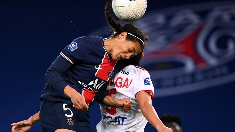 Cook (PSG) s'impose de la tête face à une Lyonnaise (FRANCK FIFE / AFP)