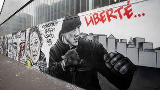 Un graffitireprésentant Christophe Dettinger, dans une rue à Paris, le 29 janvier 2019. (THOMAS SAMSON / AFP)